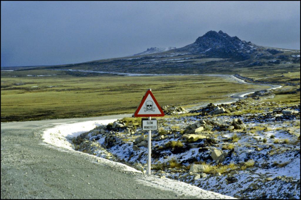 « Ralentir, terrain miné », un panneau qui n'est pas si inhabituel aux Malouines. Crédit Browser (Flickr).