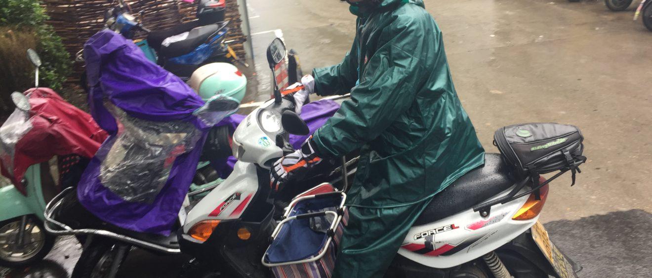 Un coursier chinois sur son scooter. Crédit Bie Hu.