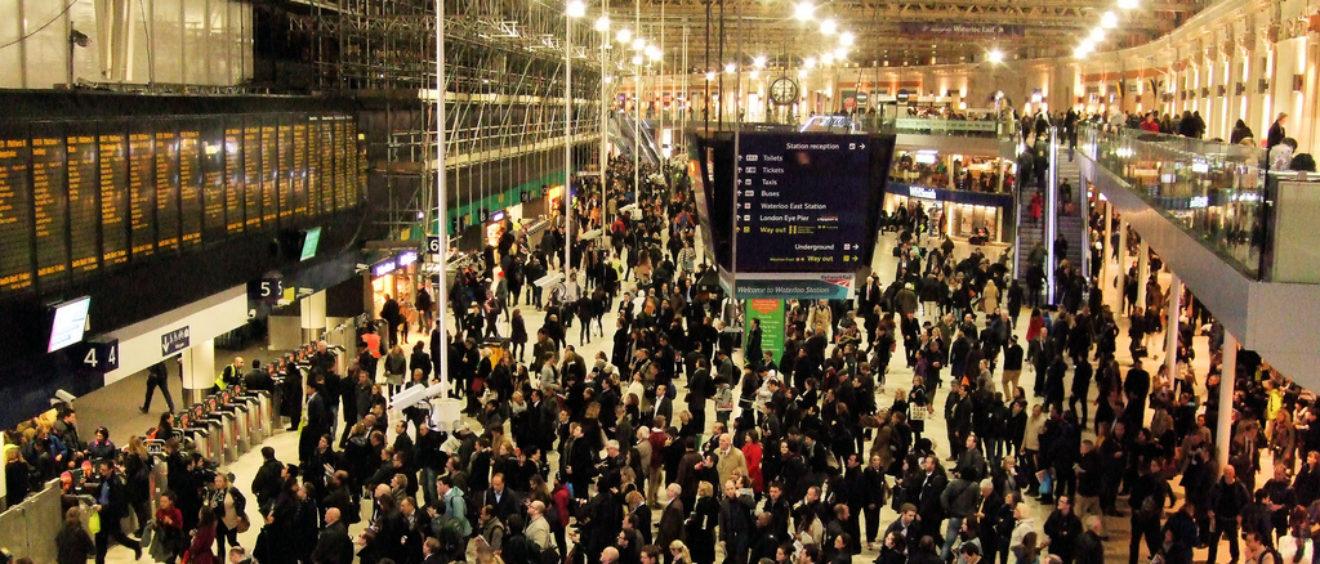 Heure de pointe dans la gare de Waterloo, à Londres. Crédit Jim Linwood.