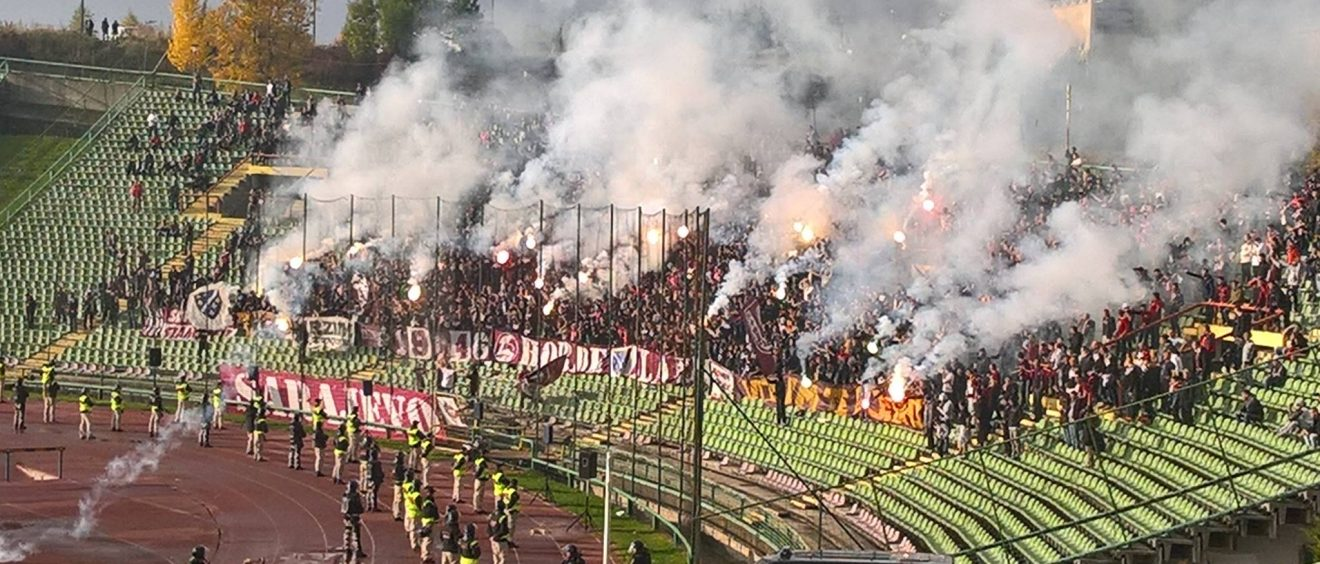 Les supporters du FK Sarajevo lors du derby contre Zelzelnicar en octobre 2016. Crédit photo Pierre-Alix Pajot.
