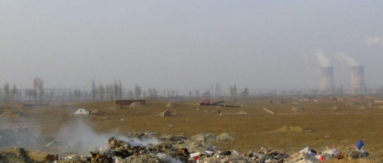 Dans les campagnes de Mongolie Intérieure, les tombeaux sont à quelques pas des montagnes de déchets. Certains d'entre eux, peu entretenus, en sont même recouverts. Capture vidéo. Crédit Alexis Dumont.