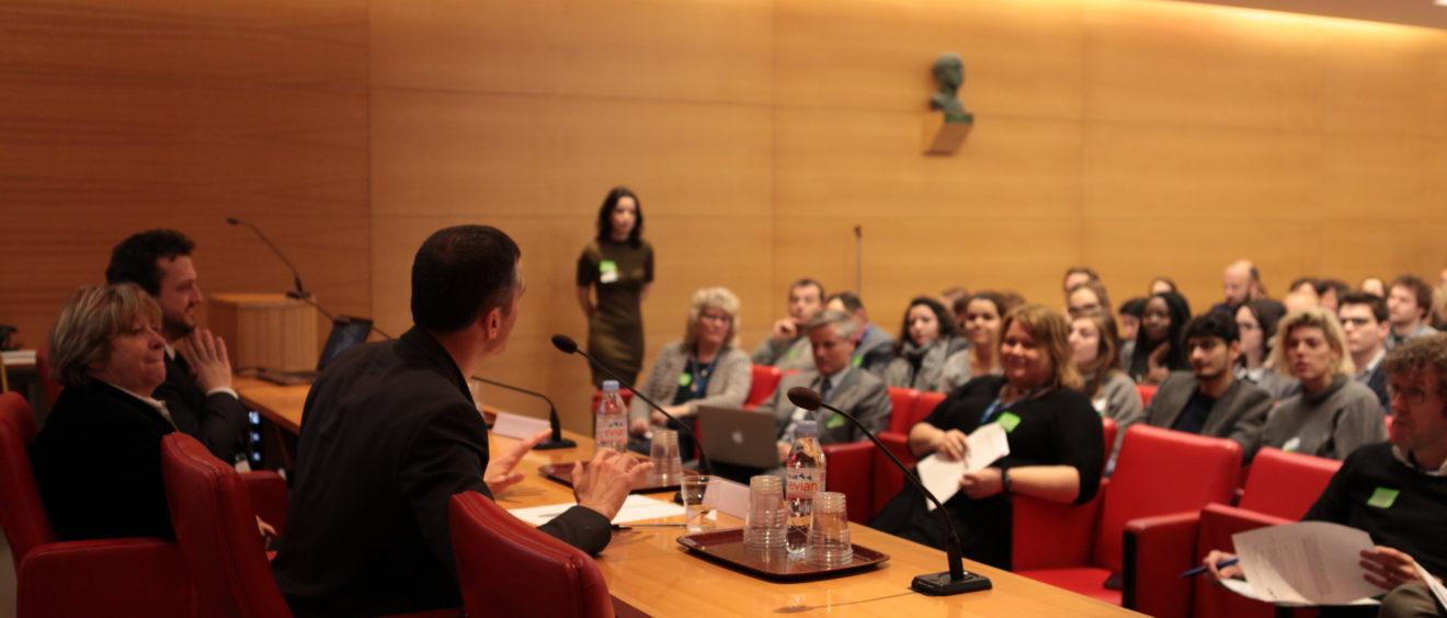 Le chercheur Sylvain Crépon se prête au jeu des questions-réponses lors de la conférence aux Jardins du Luxembourg. Crédit Alexis Clot.