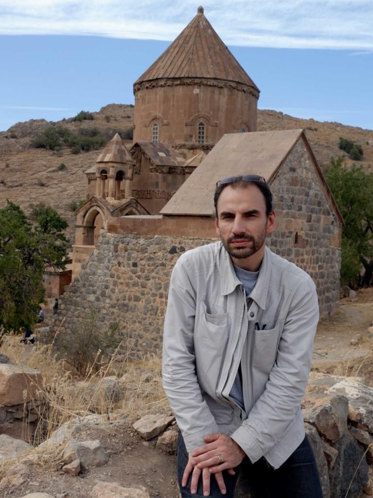 Pascal Maguesyan devant l'Église Sainte-Croix d'Aghtamar (Arménie Occidentale, Turquie) en septembre 2010. Crédit Pascal Maguesyan.