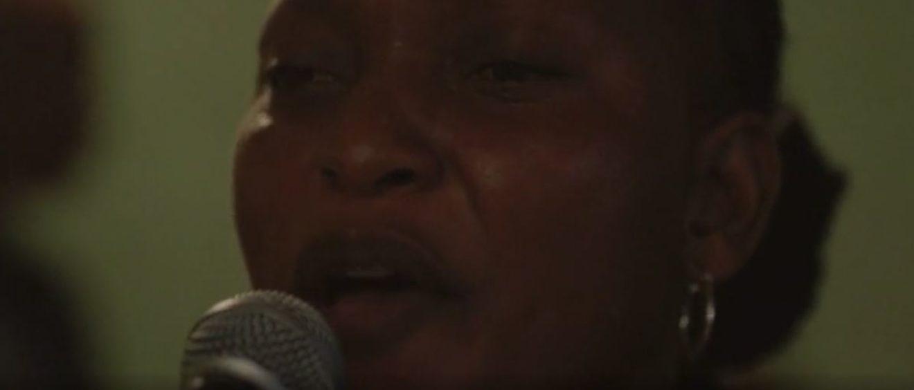 Félicité, personnage interprété par Véronique Beya Mputu. Capture d'écran de la bande-annonce du film.