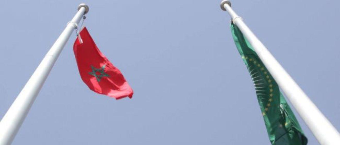 Le drapeau marocain flotte à côté de celui de l'UA. Crédit yawatani.com.