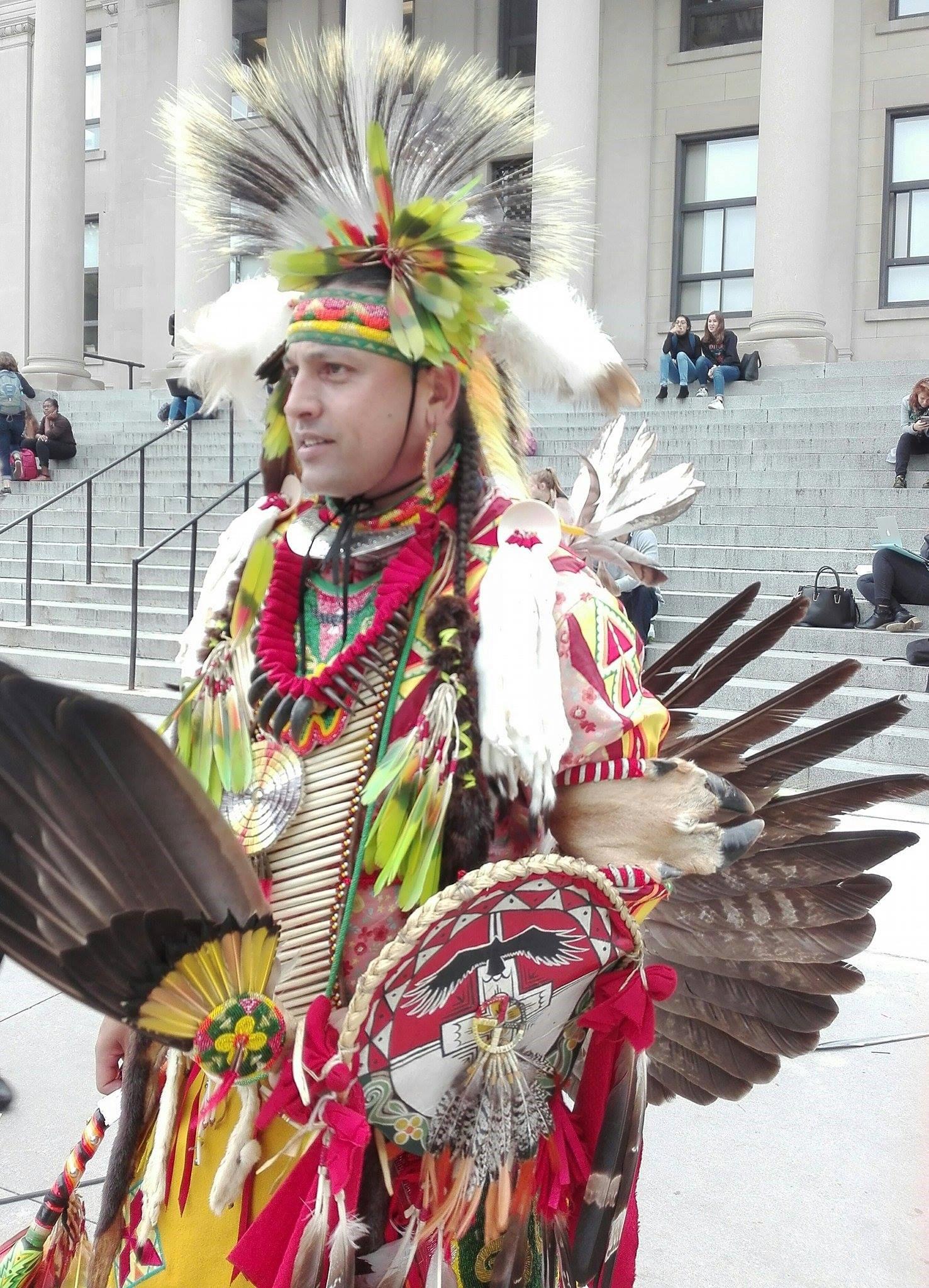 Jason Gullo Mullins, appartenant à la tribu Tsalagi (ou Cherokee) lors d'un événement de l'organisation des étudiants indigènes d'Ottawa. Crédit Shérazade Faÿnel.