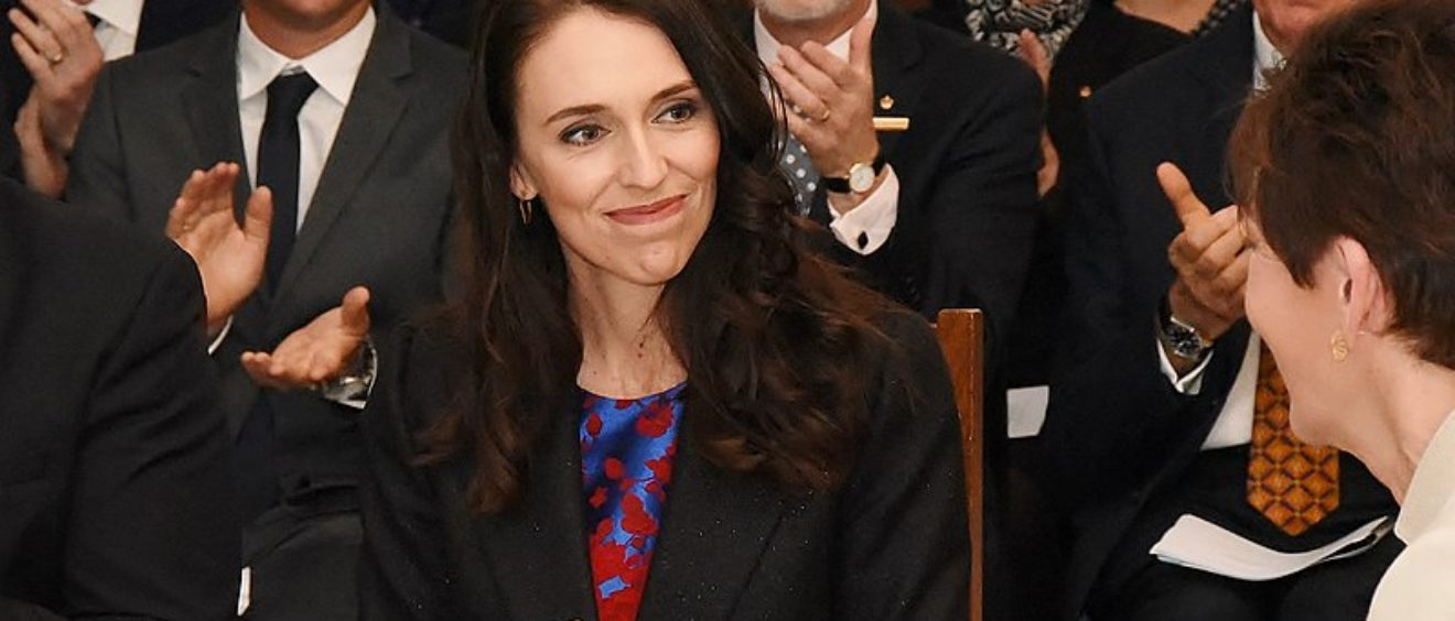 Jacinda Ardern, fraîchement élue, prête serment devant la Gouverneure