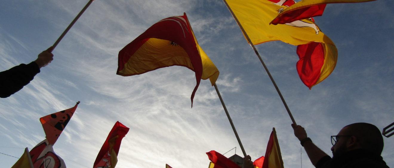 Drapeaux siciliens au dessus des manifestants Crédits : Elsa Pécot