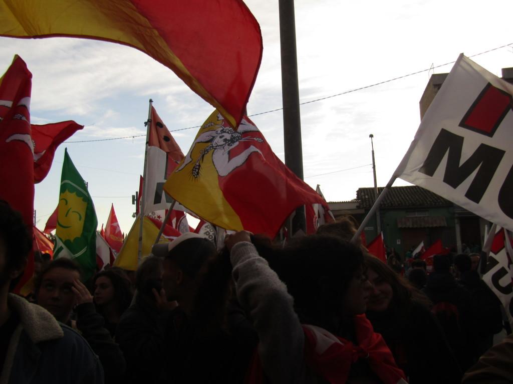 Les drapeaux siciliens côtoient ceux du mouvement NoMuos Crédits : Elisa Querré