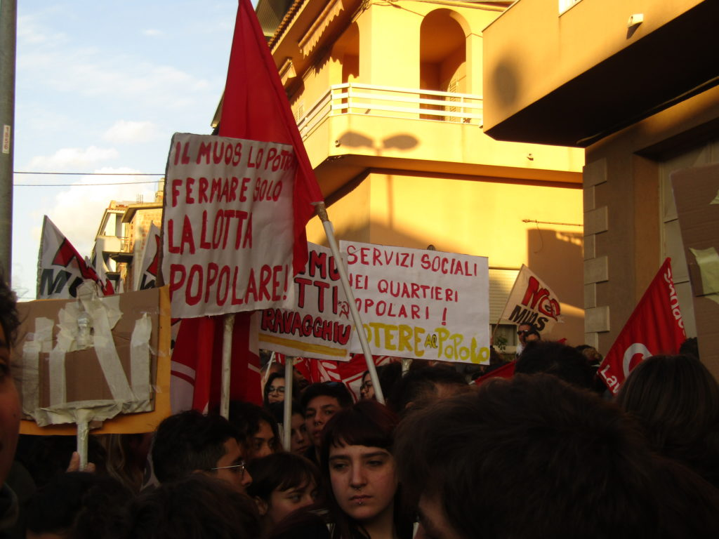 Les pancartes, exprimer son désaccord face à l'implantation du MUOS en Sicile Crédits : Elisa Querré