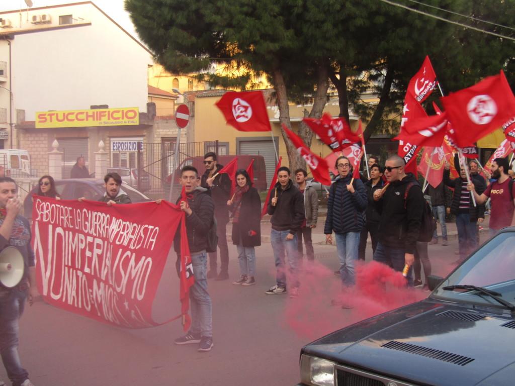 Drapeaux communistes, contester l'impérialisme américain sur le territoire sicilien Crédits : Elisa Querré