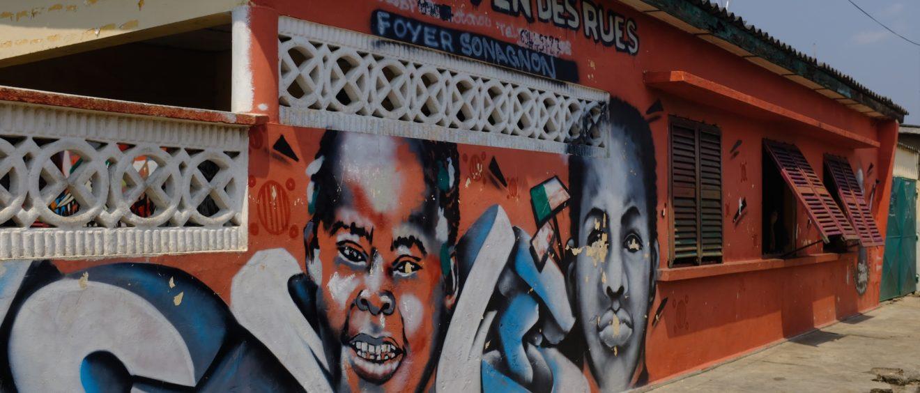 Façade du foyer Sonagnon de l'ONG Citoyen des rues à Cotonou. © Sébastien Roux