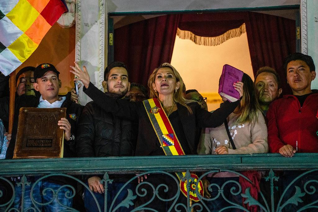 Jeanine Anez, au centre, s'adressant à la foule, sur le balcon du palace présidentiel à La Paz, en Bolivie le 12 novembre 2019.