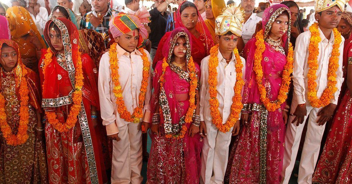 Des garçons et des filles de la communauté de Saraniya posant pour des photos après leur cérémonie de fiançailles au village de Vadia, dans l'État du Gujarat.