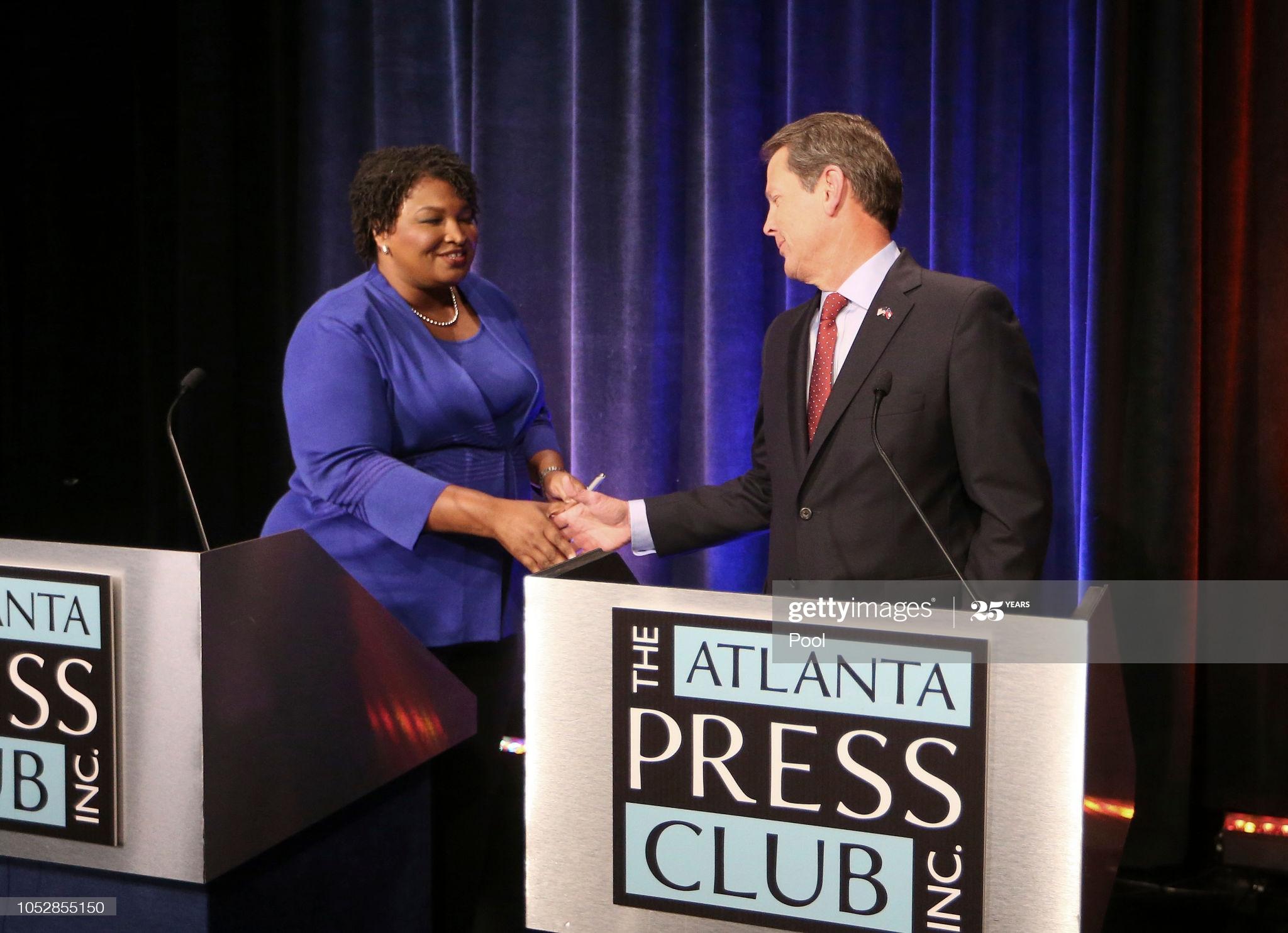 """23 octobre 2018, Atlanta, GA - Stacey Abrams et Brian Kemp ; Lors de cette élection pour le poste de gouverneur, voter était difficile. Les électeurs ne pouvaient pas voter par correspondance, car il y'avait soi disant des signatures """"incompatibles""""."""