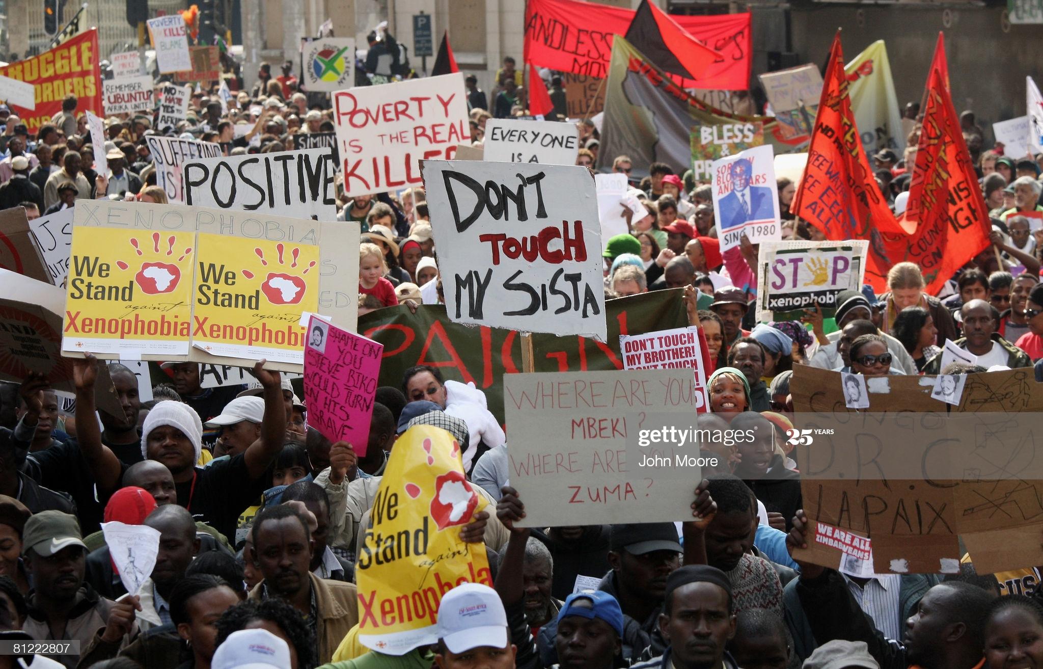 """Johannesburg, Afrique du Sud, 24 mai 2008 : Des milliers de protestataires sud-africains et immigrés militent contre les attaques xénophobes ; Il y'a beaucoup de réfugiés du Zimbabwe, qui ont été déplacés dans l'Afrique du Sud dans une vague de violence anti-étrangers. Beaucoup de sud-africains pauvres ont blâmé les immigrants, qui selon eux leur """"vole"""" des opportunités."""